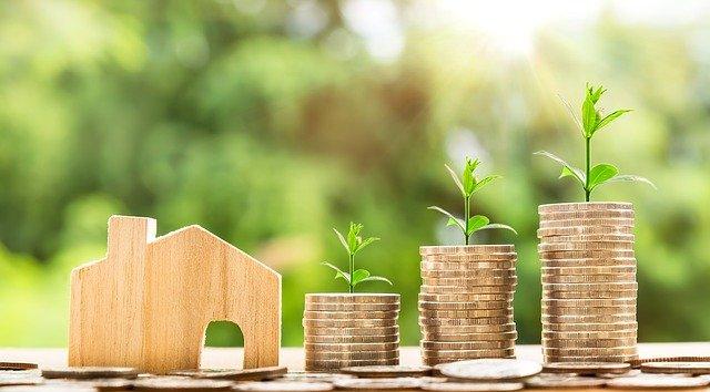 talo ja kasvavat rahapinot